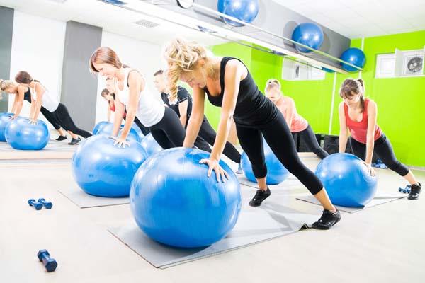 Swiss ball et abdominaux : les exercices de ballon pour abdos et renforcer sa ceinture abdominale